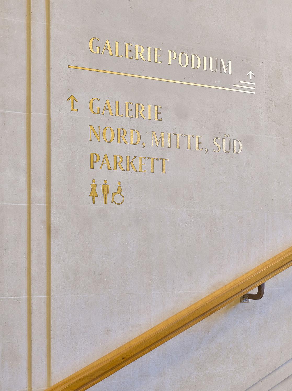 Nulleins Kommunikationsdesign Bern; Signaletik; 2016–2019, Casino Bern; Wegleitung; analog; Blattgold; vergoldet; Direktanschrift; Collier; Galerie Podium; Parkett; Toilette