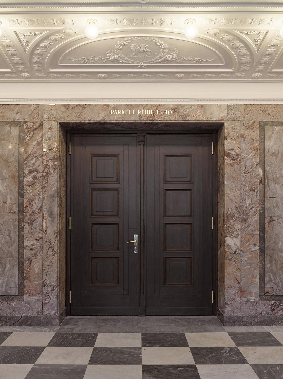 Nulleins Kommunikationsdesign Bern; Signaletik; 2016–2019, Casino Bern; Raumanschrit; Türanschrift; analog; Blattgold; vergoldet; Direktanschrift; Collier; Parkett Reihe 1–10; Marmor