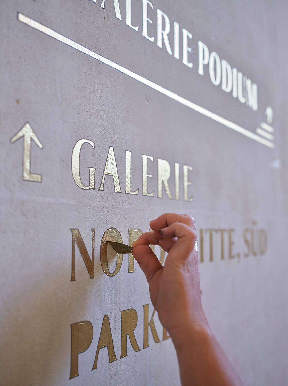 Nulleins Kommunikationsdesign Bern; Signaletik; 2016–2019, Casino Bern; Conzepta; Handwerk; Typografie; Prototyp; Making of; analog; Blattgold; vergolden; Collier; Galerie Nord; Parkett