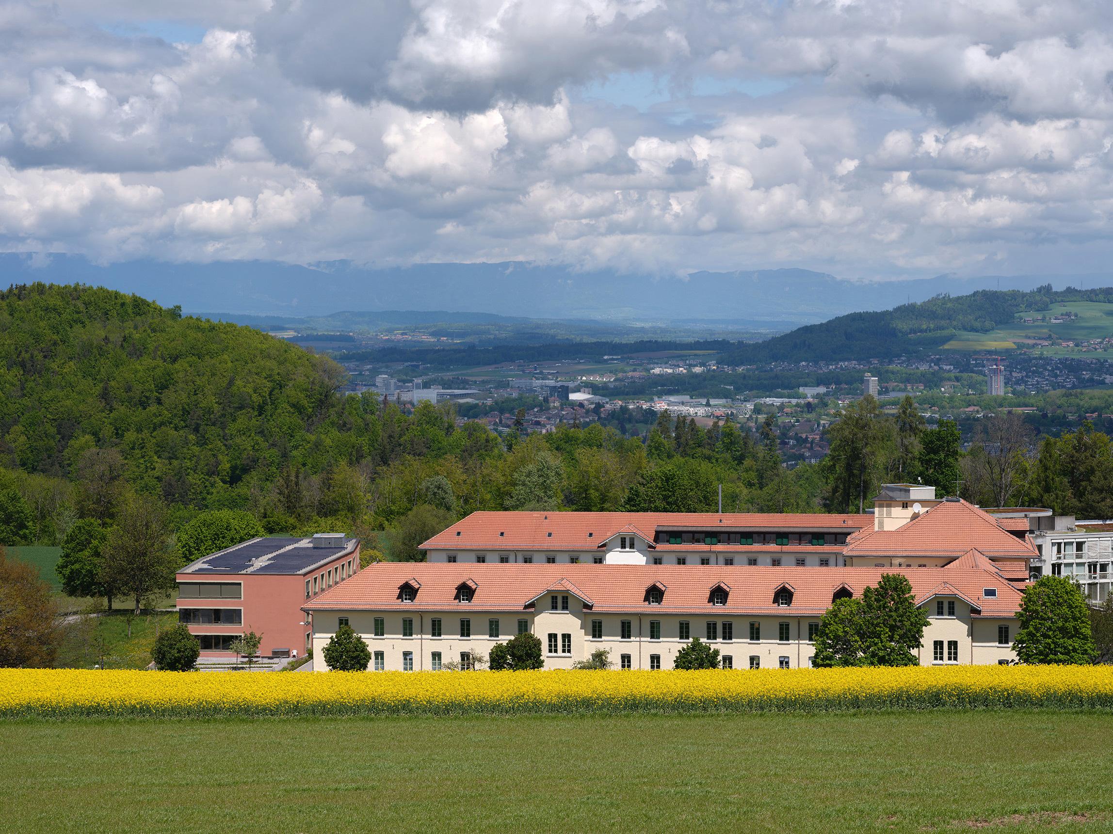 Gesamtansicht Alters- und Pflegezentrum Kühlewil, mit Blick Richtung Bern, Signaletik Nulleins Bern