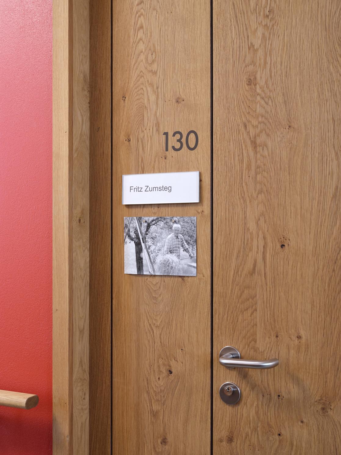 Signaletik Bewohnerzimmer Altersheim Kühlewil, optional ergänzbar mit einem Bild, Entworfen durch Nulleins Bern