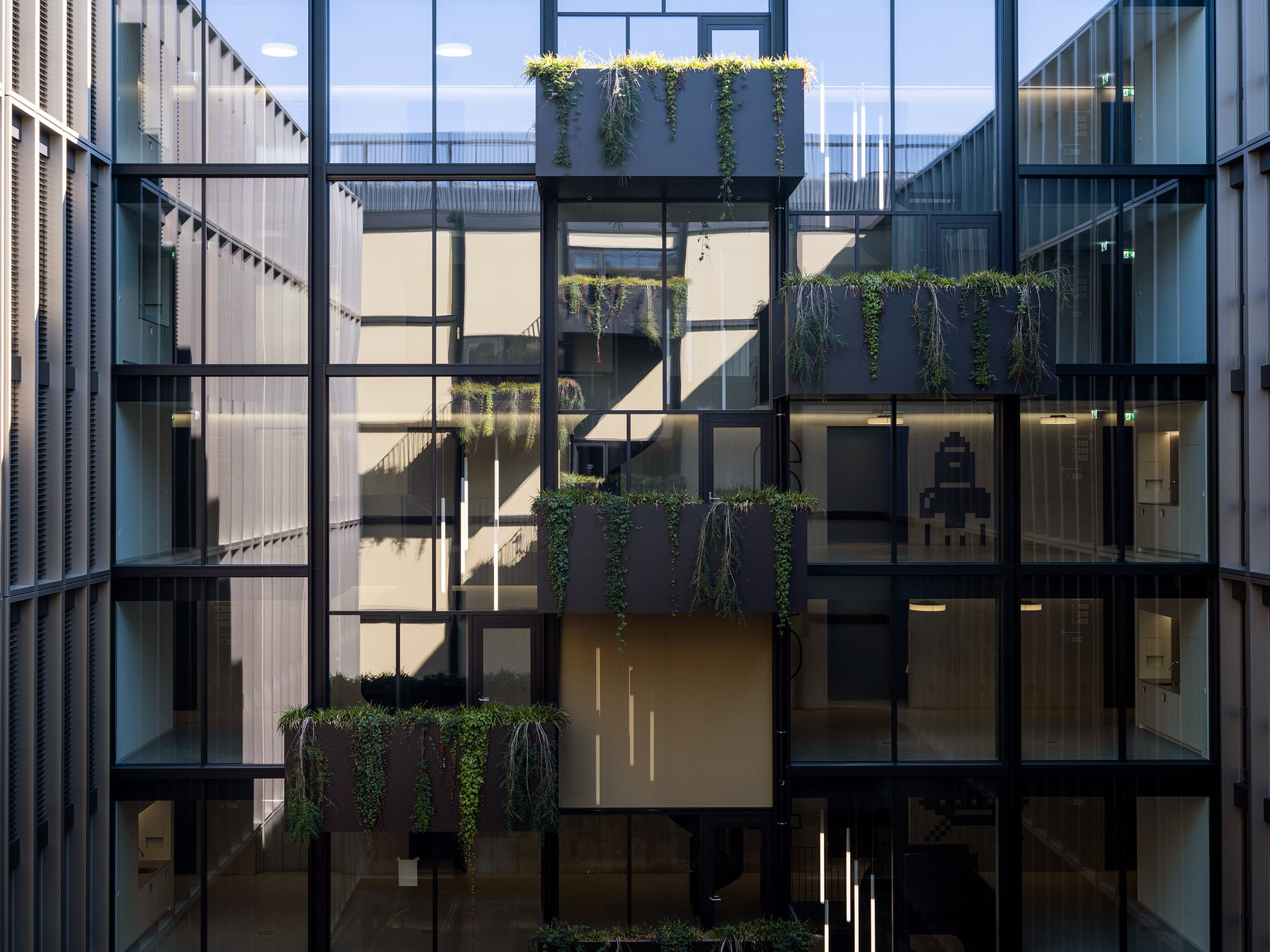 Signaletik Fassade mit Retro-Icon am Eichenweg 3, BIT, Zollikofen, Bern